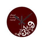 Rojo siempre tarde: Reloj de pared del círculo