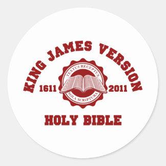 Rojo sólido del escudo de rey James Version Pegatina Redonda
