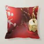 Rojo y almohadas de tiro del día de fiesta del oro