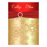 Rojo y copos de nieve del oro que casan la invitac