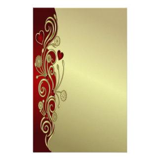 Rojo y corazones y volutas del oro papeleria de diseño