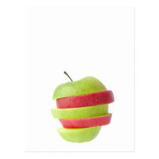 Rojo y manzana cortada verde tarjeta postal