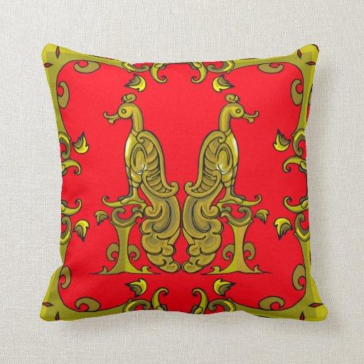 Rojo y pájaros ornamentales célticos del oro cojín