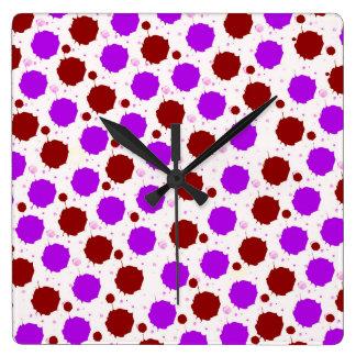 Rojo y puntos púrpuras del chapoteo reloj cuadrado