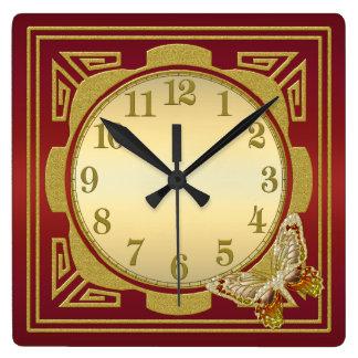 Rojo y reloj de pared de la mariposa del oro