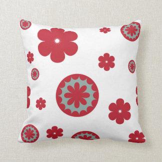 Rojo y trullo de las flores en blanco cojin