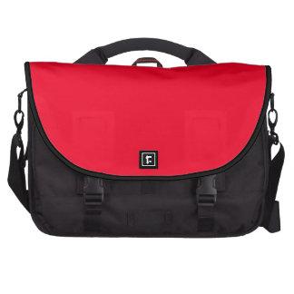 Rojo y un rojo más rojo del coche de bomberos sola bolsas de portatil