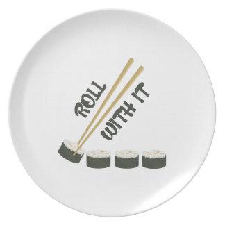 Rollo con él platos de comidas