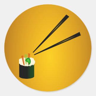 Rollo de sushi lindo en esquina con los palillos pegatina redonda
