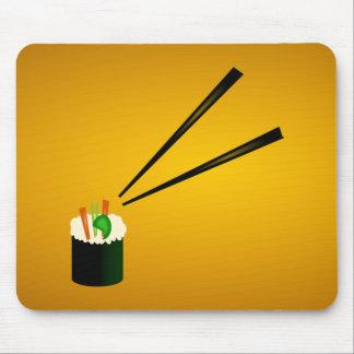 Rollo de sushi lindo en esquina con los palillos mouse pad