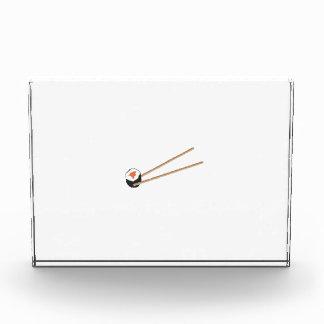 Rollos de sushi con los palillos