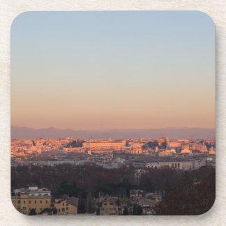 Roma del panorama de Gianicolo en la puesta del Posavasos De Bebida