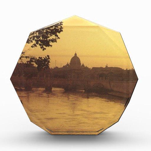 Roma en la puesta del sol, el río Tíber y San Pedr