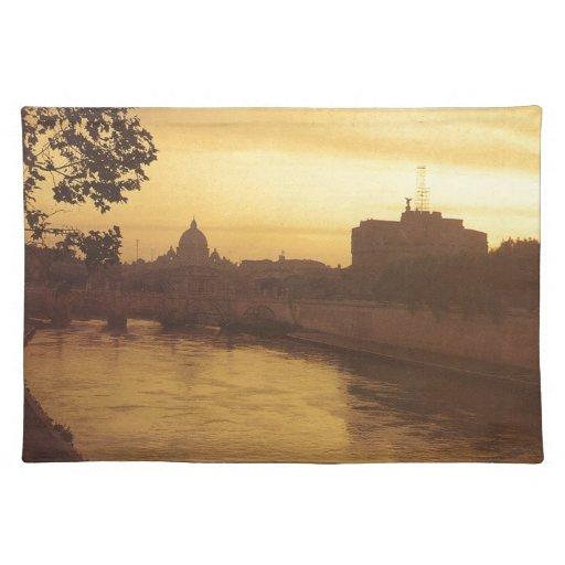 Roma en la puesta del sol, el río Tíber y San Pedr Mantel