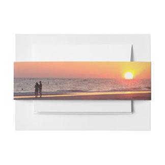 Romance de la playa de la puesta del sol cintas para invitaciones