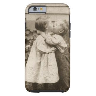 Romance del amor del vintage niños que se besan