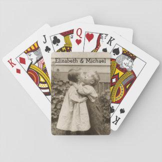 Romance del amor del vintage, niños que se besan, baraja de cartas