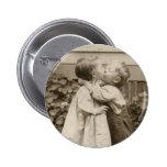 Romance del amor del vintage, niños que se besan, pin