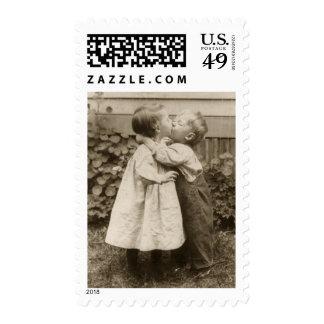 Romance del amor del vintage, niños que se besan, sello