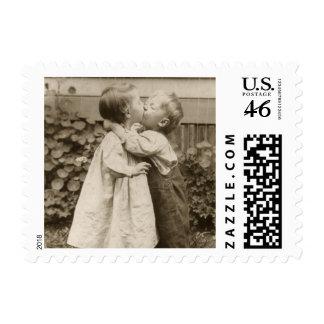 Romance del amor del vintage, niños que se besan,  sellos