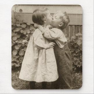 Romance del amor del vintage niños que se besan tapetes de ratones