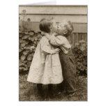 Romance del amor del vintage, niños que se besan,  tarjetón