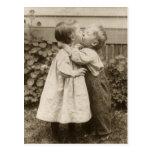 Romance del amor del vintage, niños que se besan,  postal