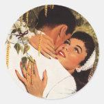 Romance del amor del vintage, par en un abrazo pegatina redonda
