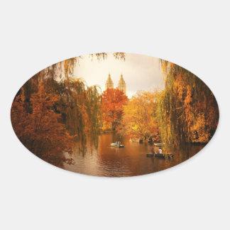 Romance del otoño del Central Park Pegatina Ovalada
