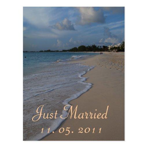 Romántico apenas casado casando la invitación tarjeta postal
