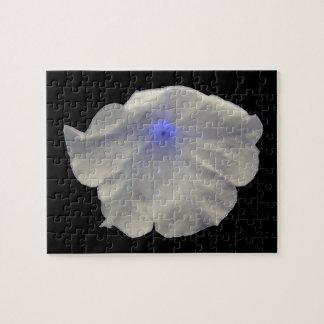 Rompecabezas azul del resplandor de la petunia