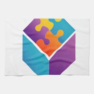 Rompecabezas colorido en un cubo toalla