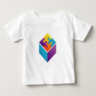 Rompecabezas colorido en un cubo playera de bebé