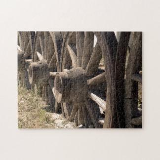 Rompecabezas de madera antiguo de las ruedas de ca
