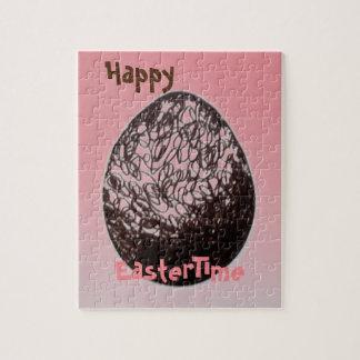 Rompecabezas feliz de EasterTime con la caja de