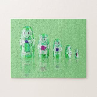 Rompecabezas ruso verde de las muñecas de