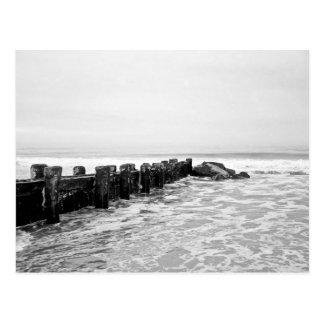Rompeolas de la playa - de par en par postal