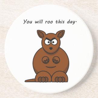 Roo este dibujo animado enojado del canguro del posavaso para bebida