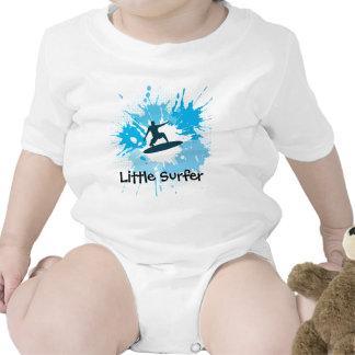 Ropa adaptable del bebé que practica surf camisetas