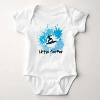 Ropa adaptable del bebé que practica surf tshirt