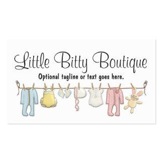 Ropa del bebé en la cuerda para tender la ropa, tarjetas de visita