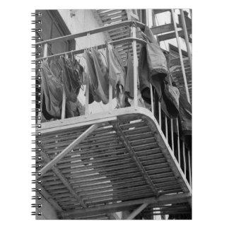 Ropa interior hacia fuera a secarse libros de apuntes con espiral