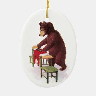 Ropa que plancha del oso de peluche adorno navideño ovalado de cerámica