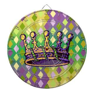 Ropa y regalos de la corona del carnaval tabla dardos