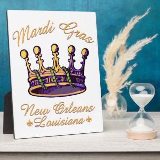 Ropa y regalos de la corona del carnaval placas para mostrar