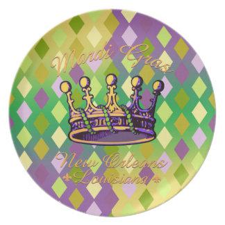 Ropa y regalos de la corona del carnaval plato