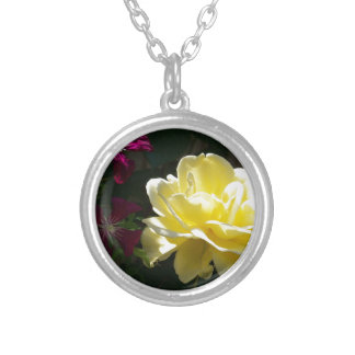 Rosa amarillo collar plateado