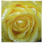 Rosa amarillo con descensos del agua servilletas de papel