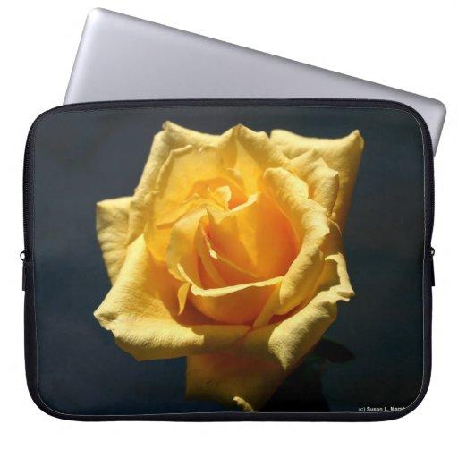 Rosa amarillo contra diseño oscuro del fondo funda ordendadores