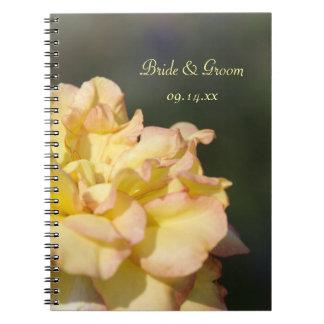 Rosa amarillo de lujo que casa el cuaderno espiral